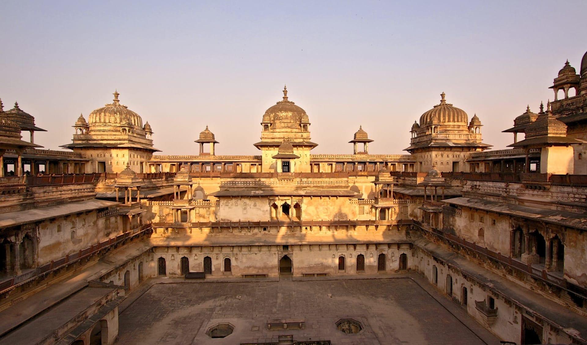 Indien für Geniesser ab Delhi: Orchha: Palace in the evening light
