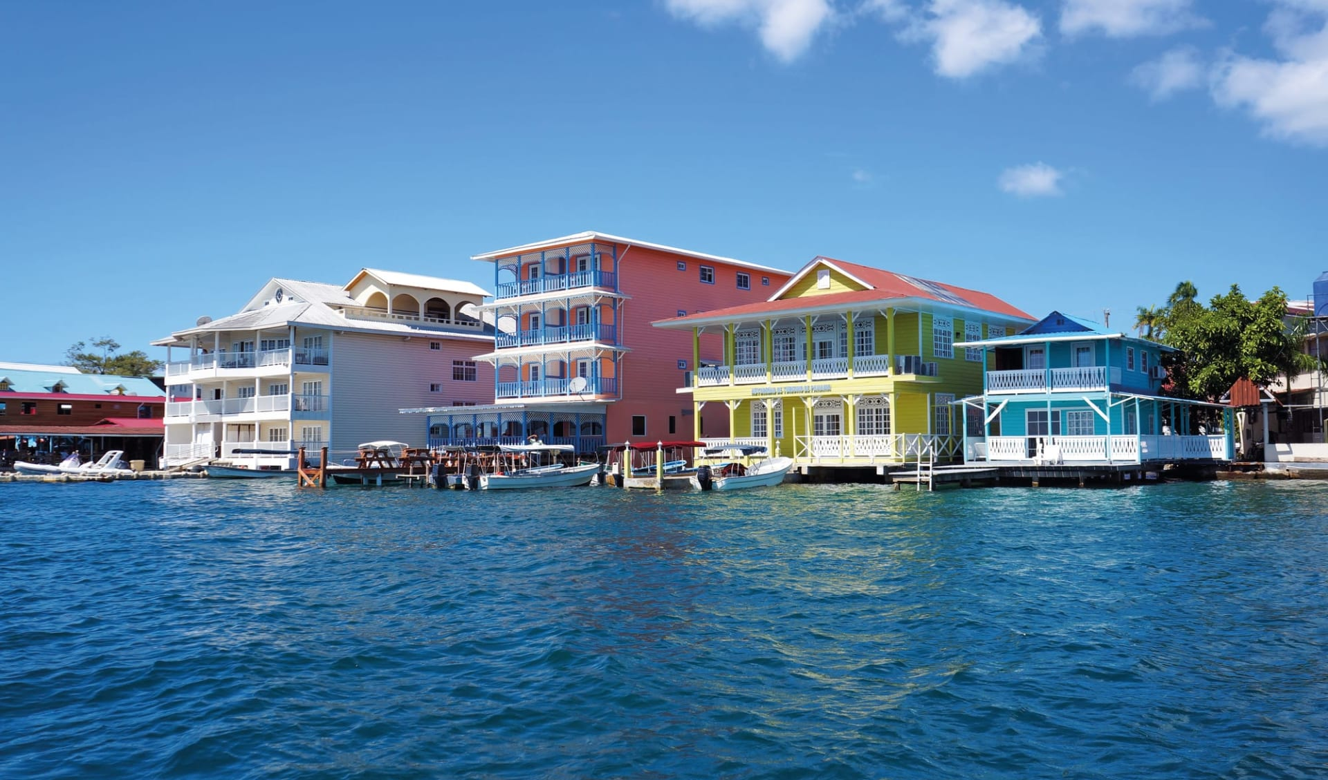 Privatreise Mundo Verde ab San José City: Panama - Bocas del Toro - bunte Häuser