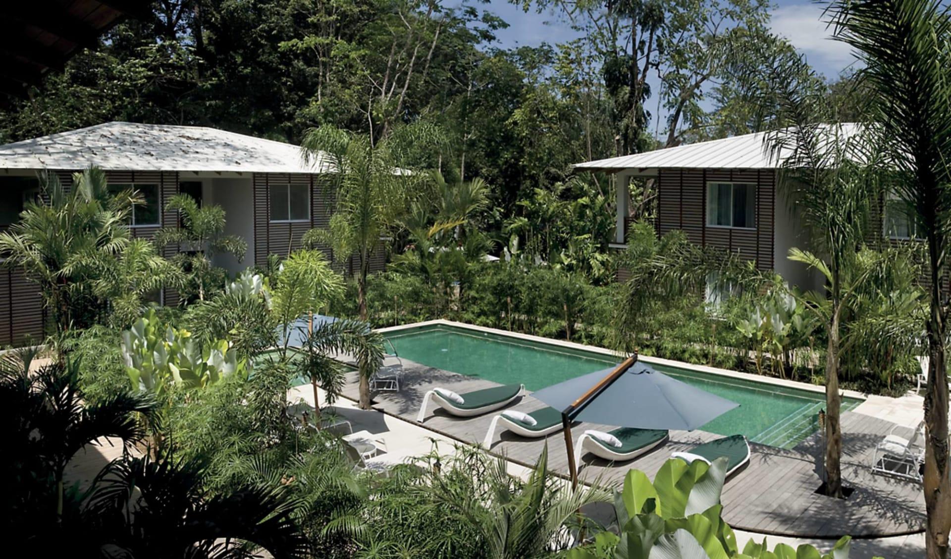 Le Caméléon Hotel in Puerto Viejo:  Le Caméléon - Pool-, Gartenanlage
