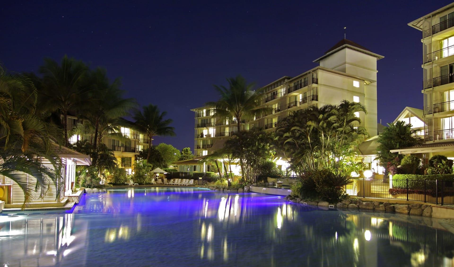 Novotel Cairns Oasis Resort: Pool Novotel Cairns Oasis Resort Hotel Anlage bei Nacht