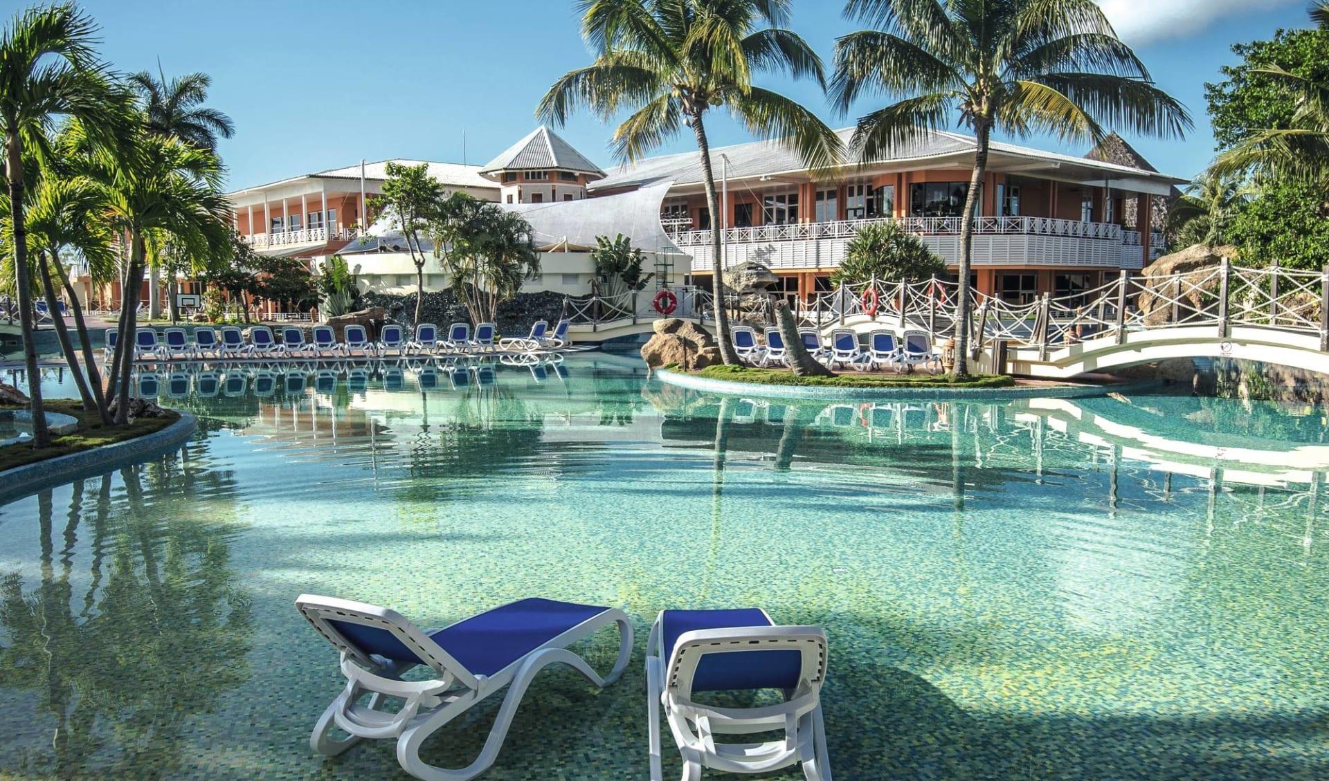 Royalton Hicacos in Varadero: pool Royalton Hicacos Resort & Spa - Swimming pool and hotel building - Latinconnect