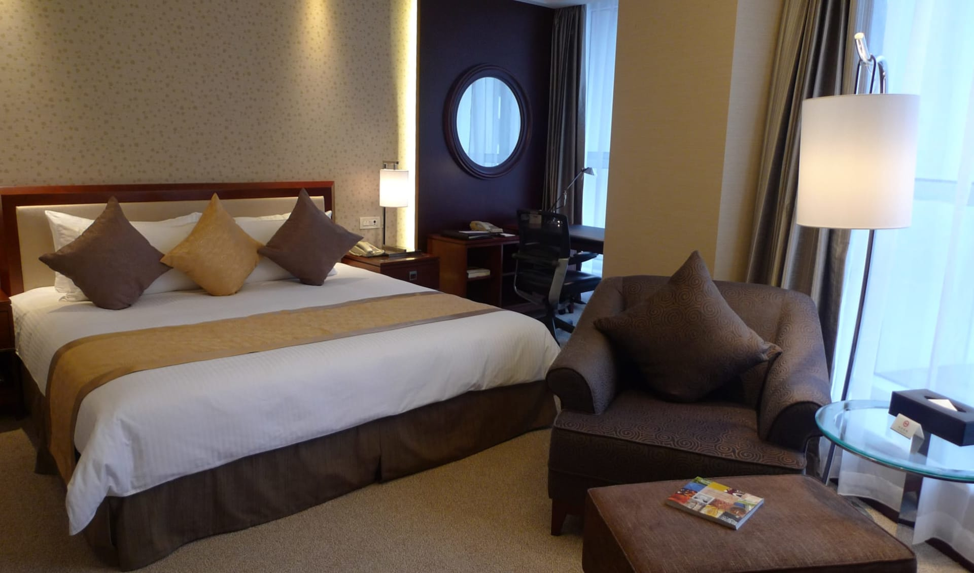 Central Hotel in Shanghai: Superior   king bed