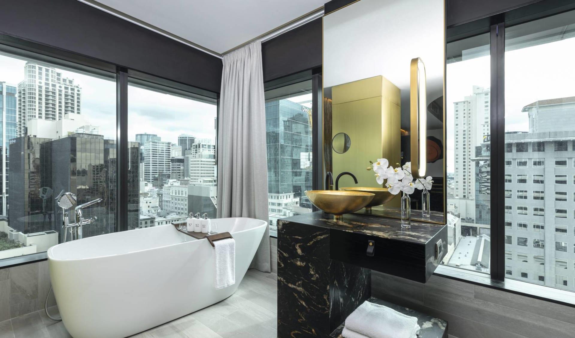 SO Sofitel Auckland:  zimmer SO Sofitel Auckland - Badezimmer mit Sicht auf Stadt