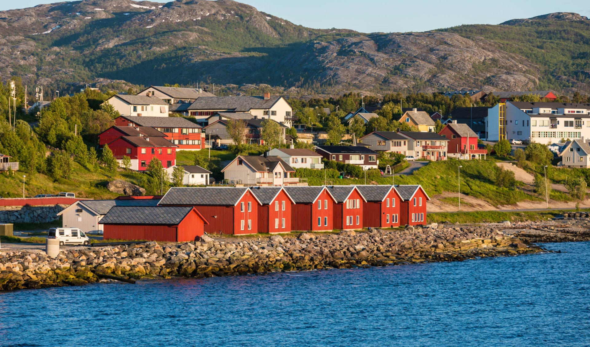 Thon Hotel Alta: rote Häuserfassaden, die auf der Bucht von Alta (Norwegen)