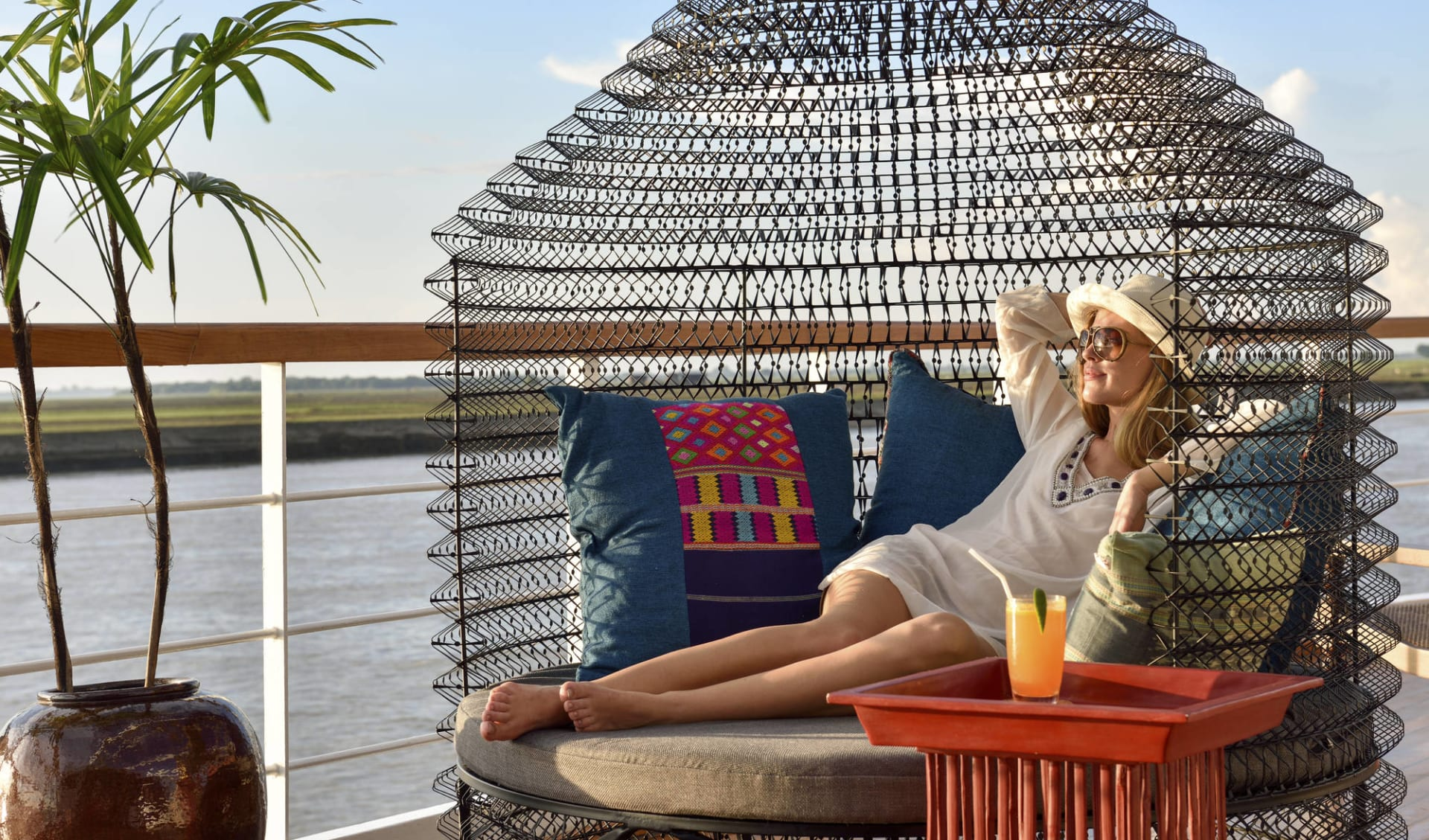 Flusskreuzfahrt auf der «Sanctuary Ananda» Mandalay-Bagan: Sanctuary Ananda Sundeck Sunset Cocktail