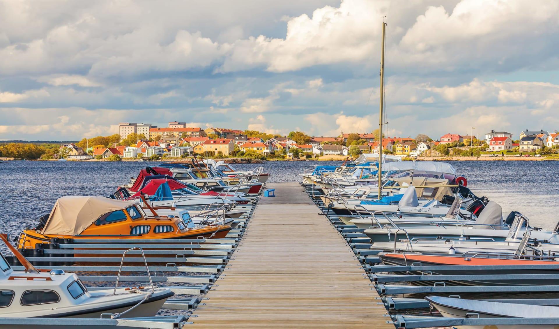 Schwedenrot & Meeresblau ab Stockholm: Schweden Steg mit Booten
