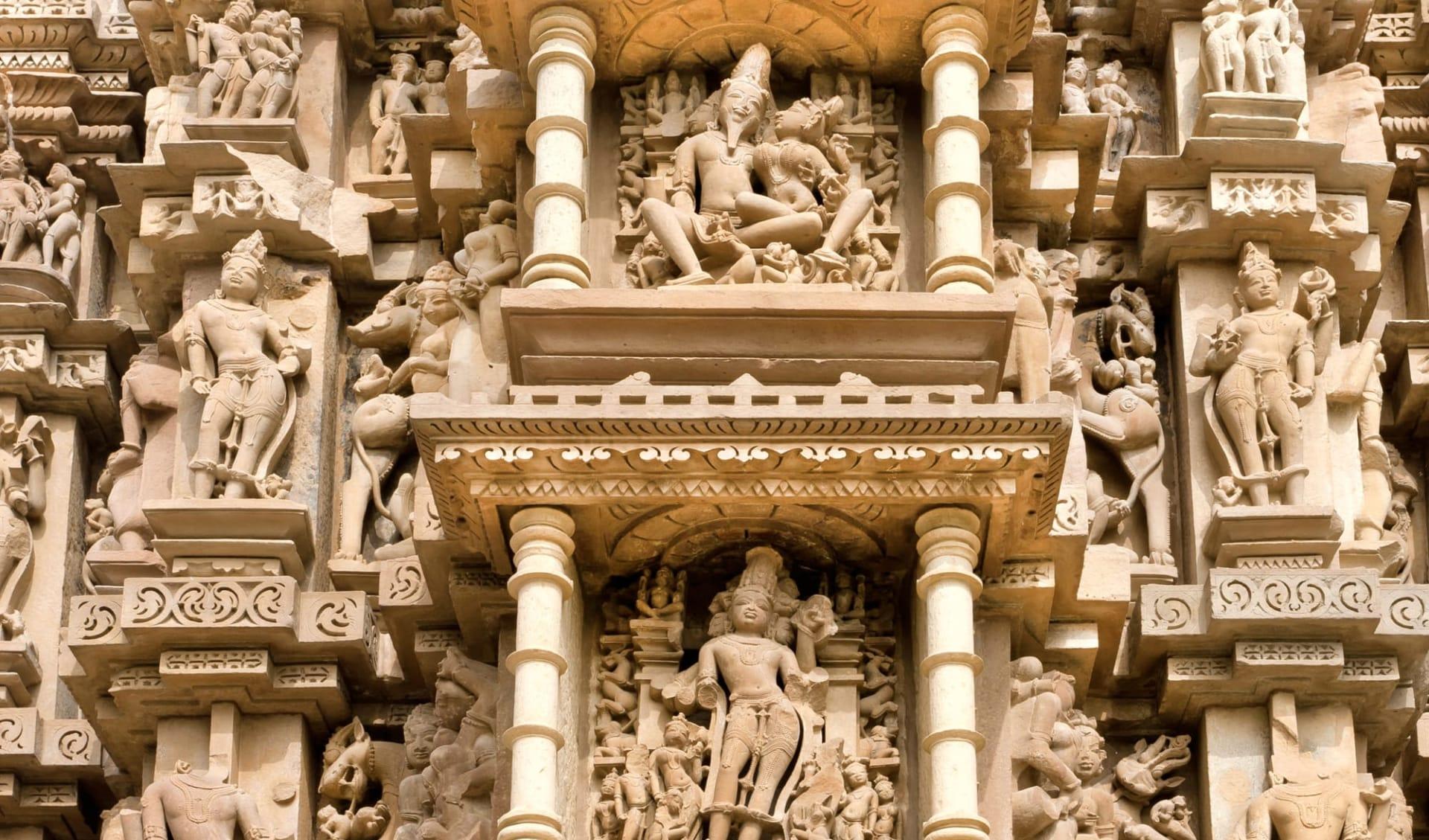 Reise zum heiligen Ganges ab Delhi: Sculptures, temple of Khajuraho