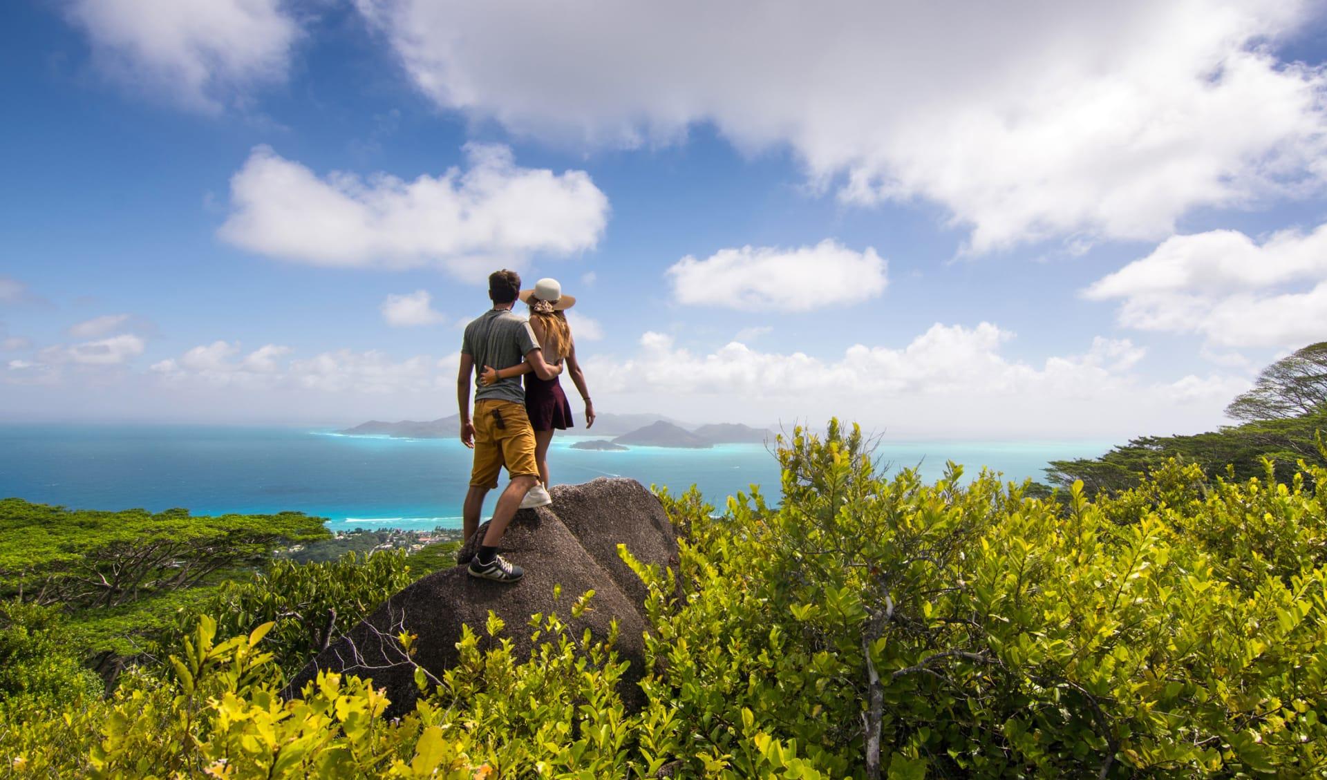 Frisch verheiratetes Paar geniesst den Ausblick über La Digue Island, Seychellen