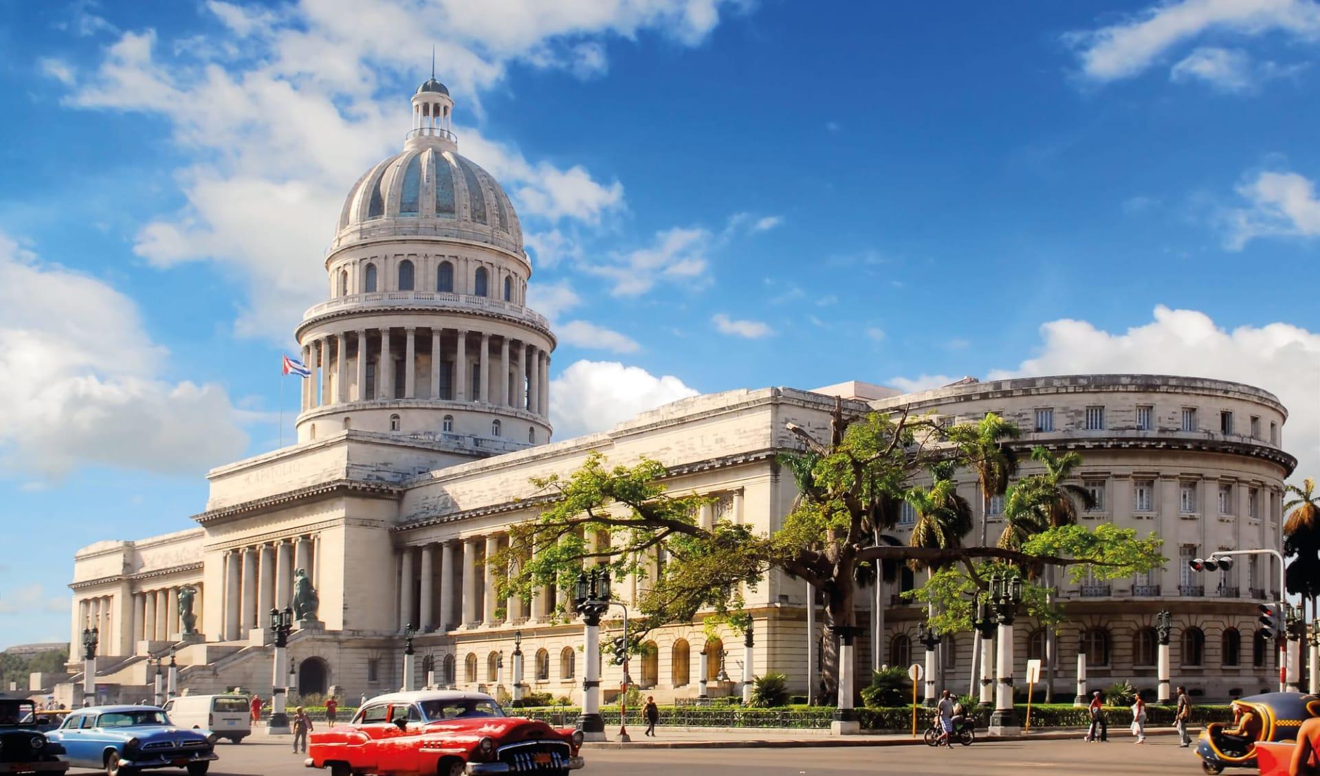 Portrait einer Insel ab Havanna: Stadt Havanna - Kuba Regierungsgebäude mit Oldtimer C