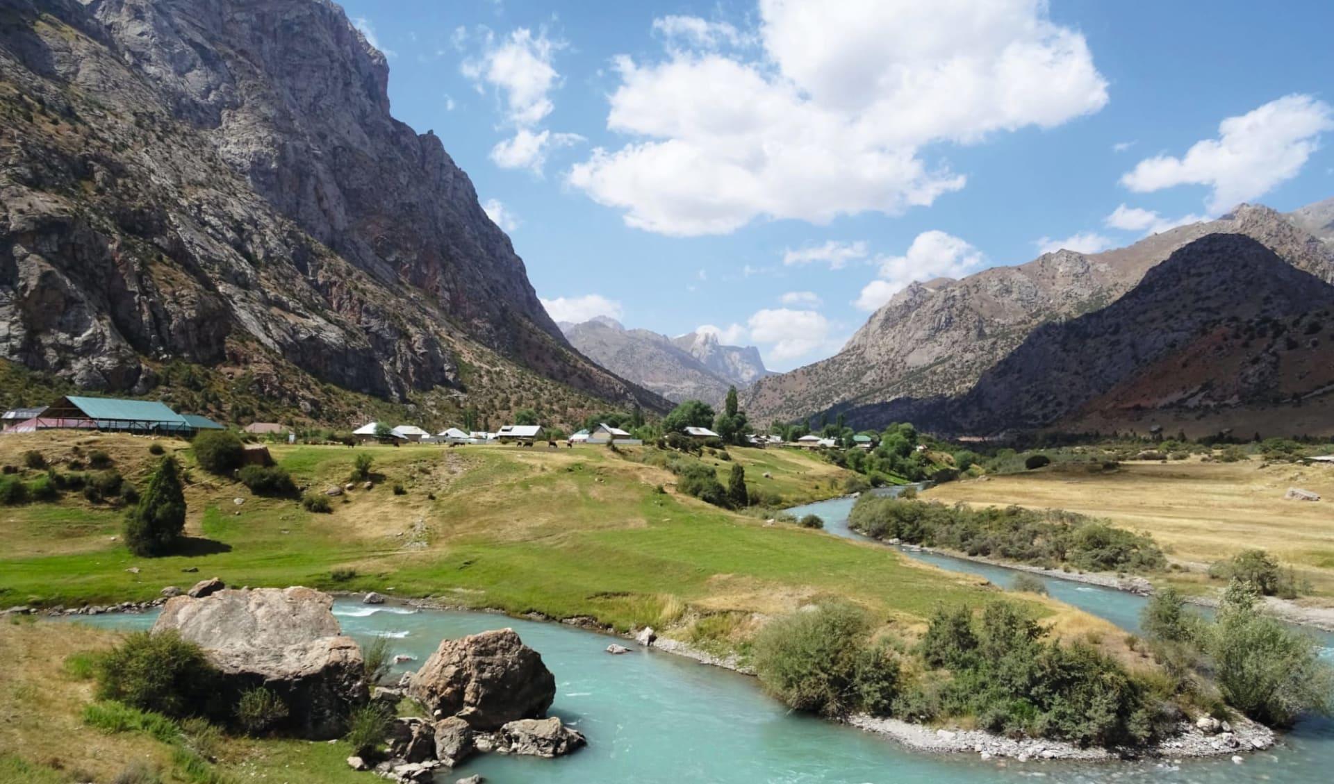 Unterwegs durchs Fan-Gebirge ab Duschanbe: Tajikistan_Iskanderkul Dorf_Sonja