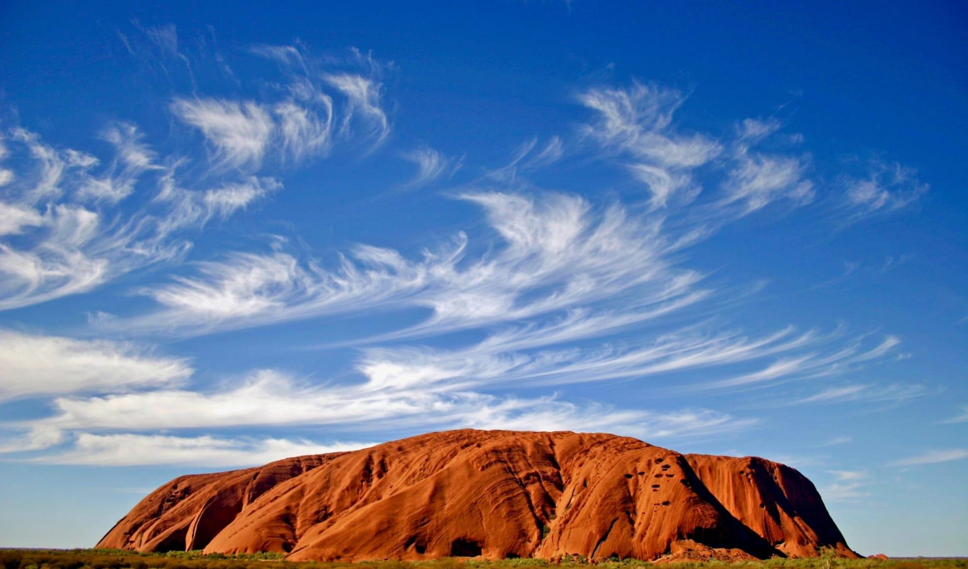 Best of OZ ab Sydney: Uluru Ayers Rock mit blauen Wolken