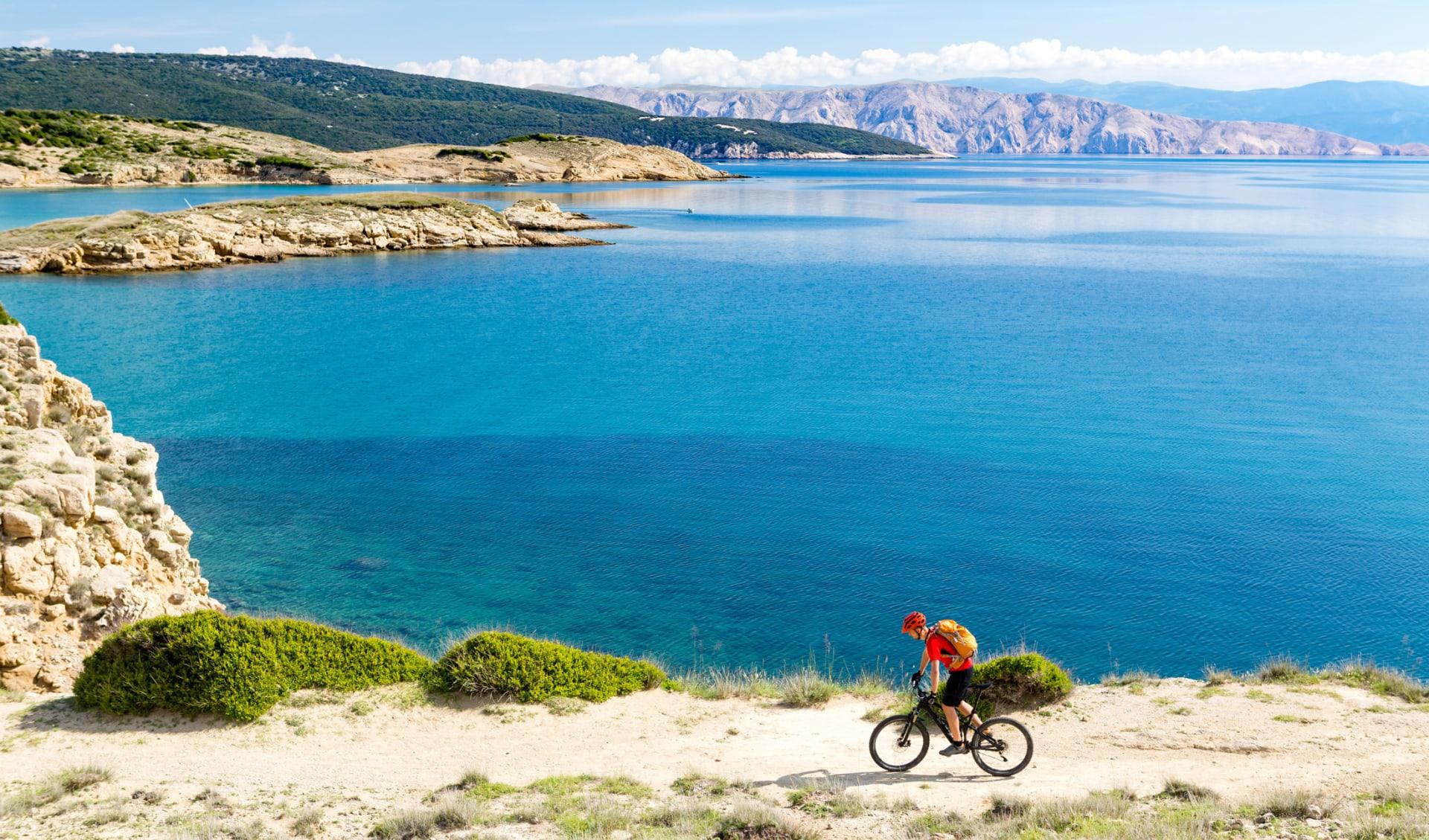 Mann mit Fahrrad Meer