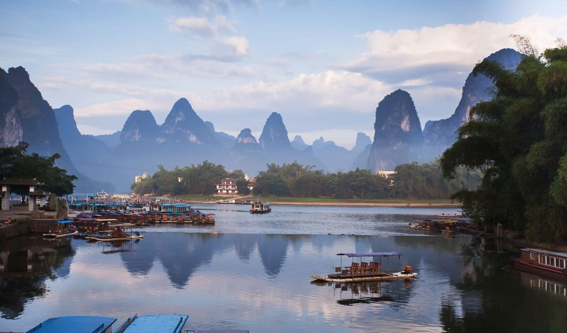 Höhepunkte Chinas ab Peking: Yangshuo: karst mountain landscape and reflection