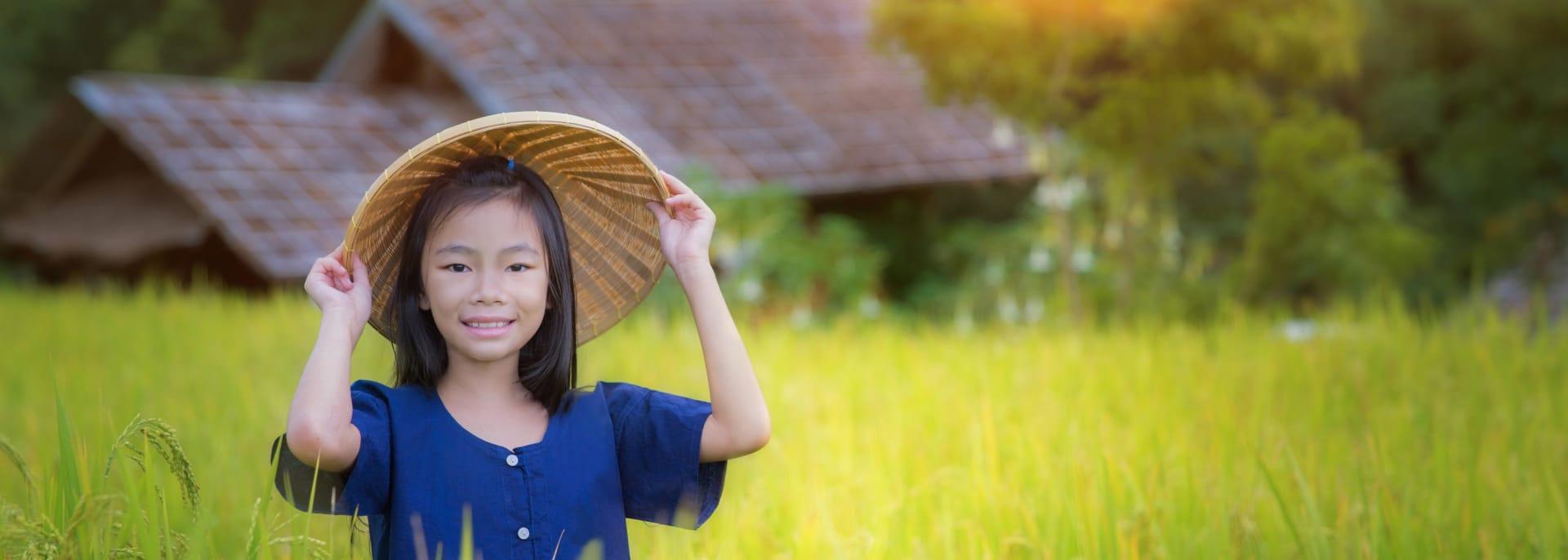 Mädchen auf der Terrasse Reisefarm mit ländlichem Hintergrund