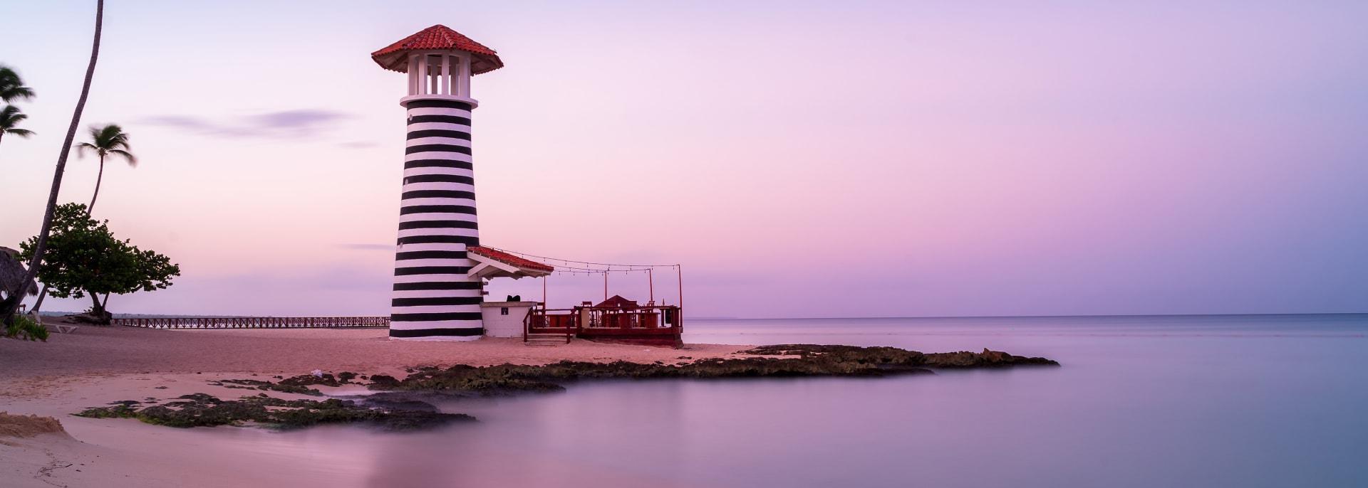 Sonnenaufgang am Strand von Bayahibe mit glattem Wasser, La Romana, Dominikanische Republik