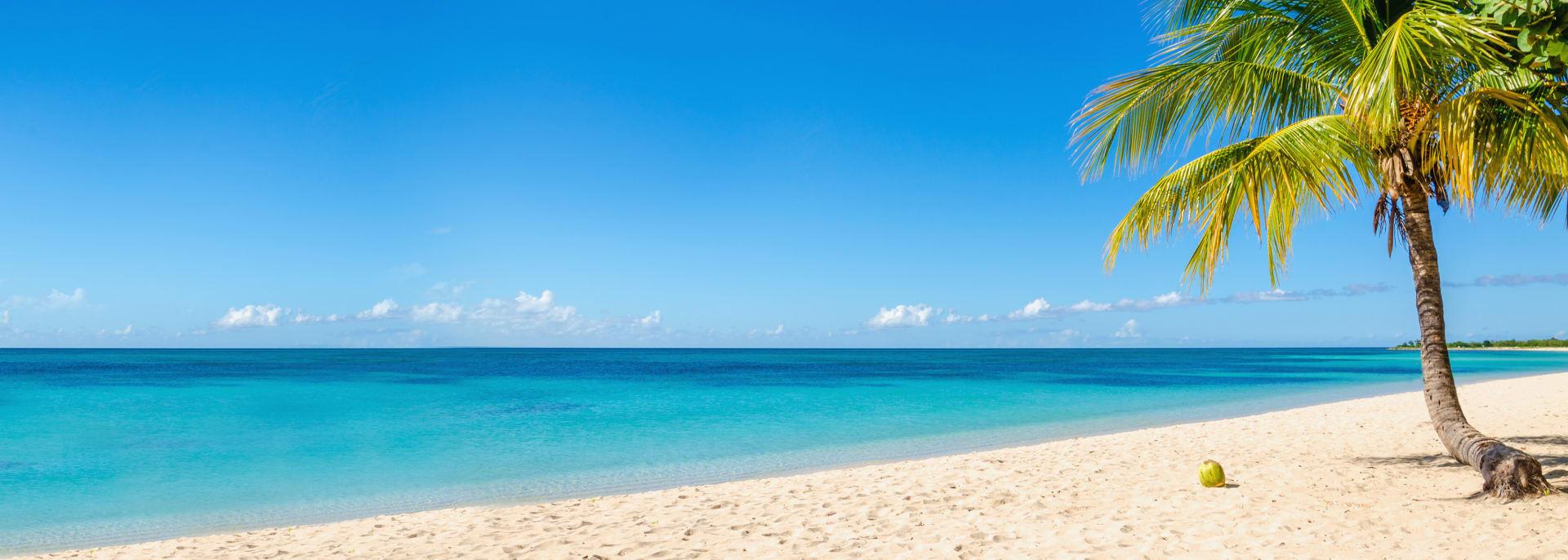 Schöner Sandstrand mit Kokospalmen und blauem Himmel, Kuba, Karibische Inseln