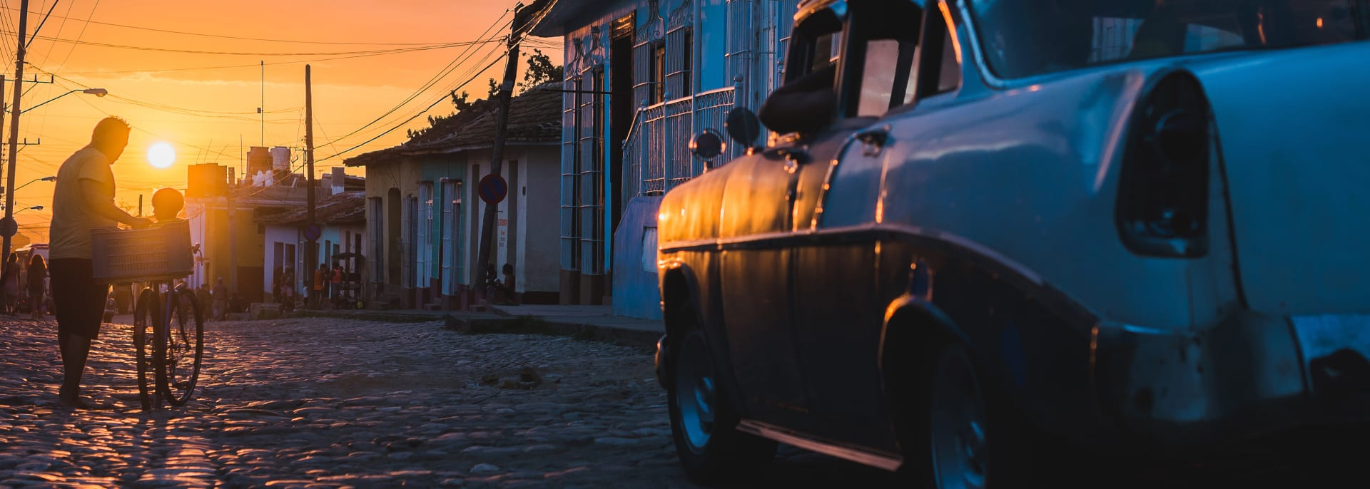kubanischer Straßensonnenuntergang mit Oldtimer in Trinidad, Kuba