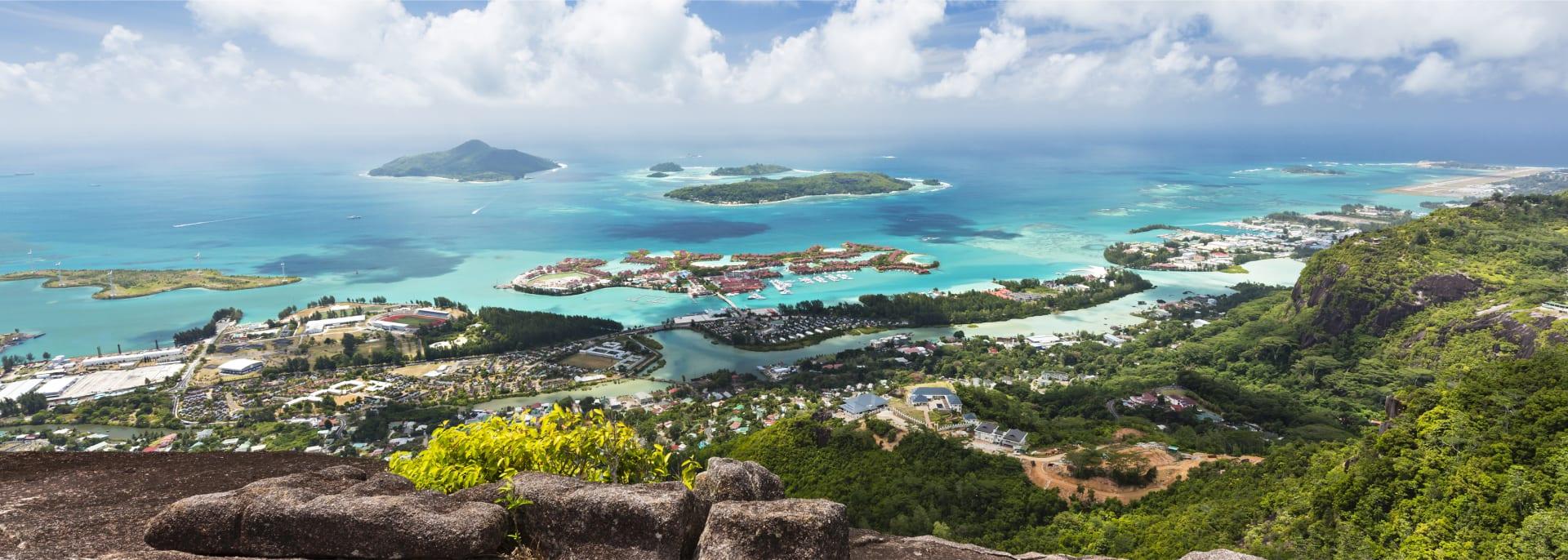 Aussicht vom Berg Copolia nach Südosten von Mahe, Seychellen mit der Hauptstadt Victoria im Vordergrund