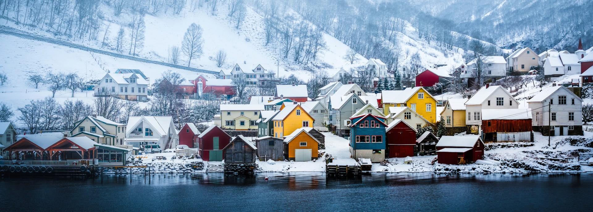 Ufer des norwegischen Fjords, Norwegen