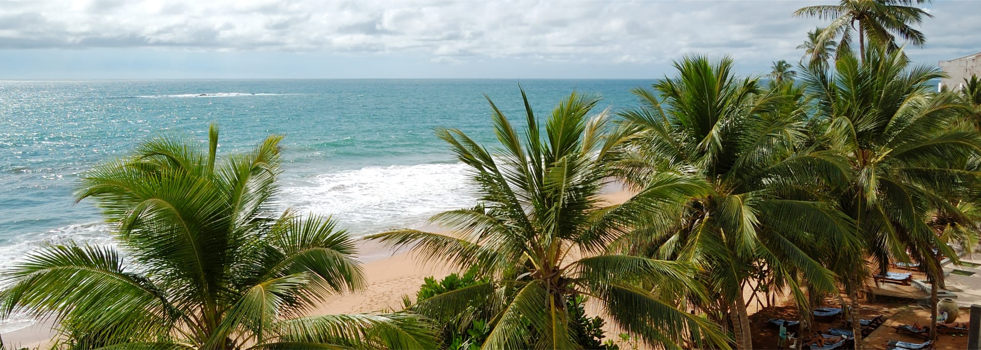 Strand und türkisfarbenes Wasser im Indischen Ozean, Bentota, Sri Lanka