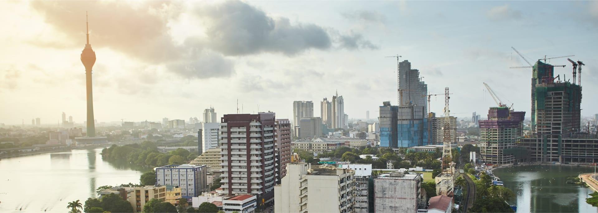 Aussicht auf die modernen Gebäude und Straßen von Colombo, Sri Lanka