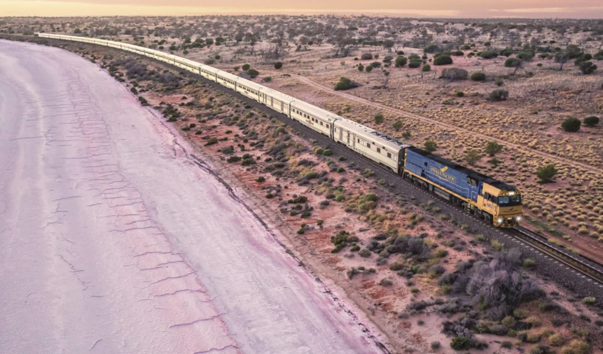 Indian Pacific von Adelaide nach Perth: Australien - Bahnreisen - Indian Pacific Salzsee Lake Hart bei Woomera  2018