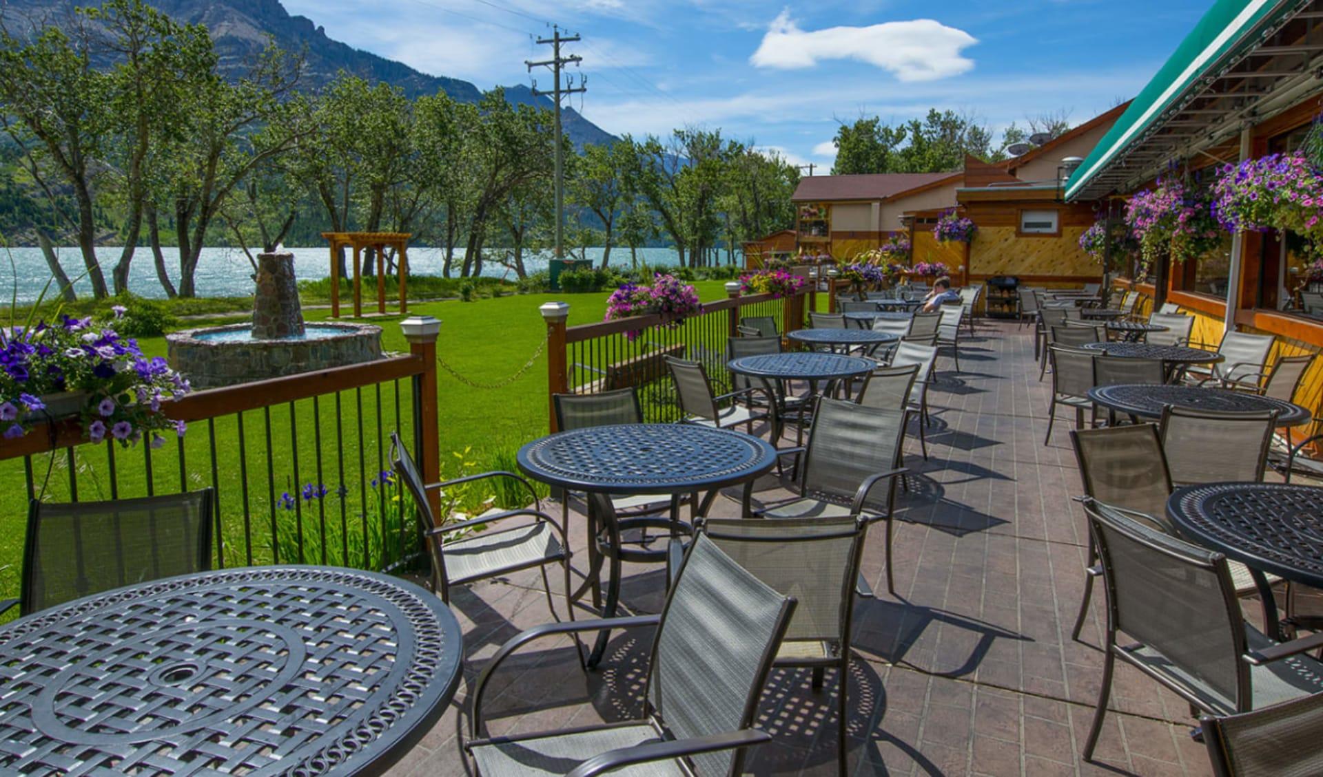 Bayshore Inn Resort & Spa in Waterton Lakes Nationalpark: facilities_Bayshore Inn Resort & Spa_ChophousePatio