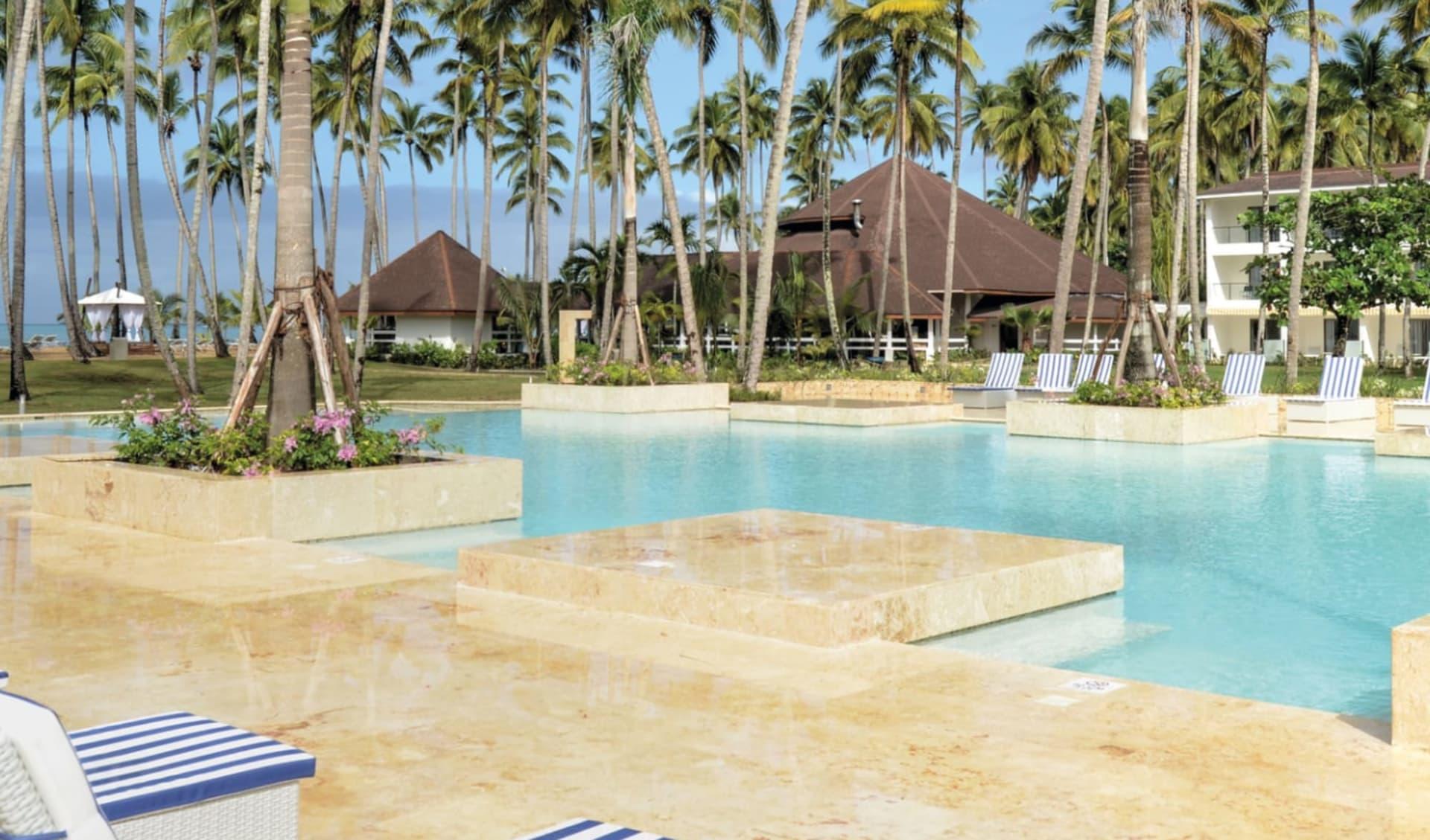Viva Wyndham V Samana in Las Terrenas: Viva Wyndham V Samana - Pool mit Palmen und Liegestühlen C Latin Connect