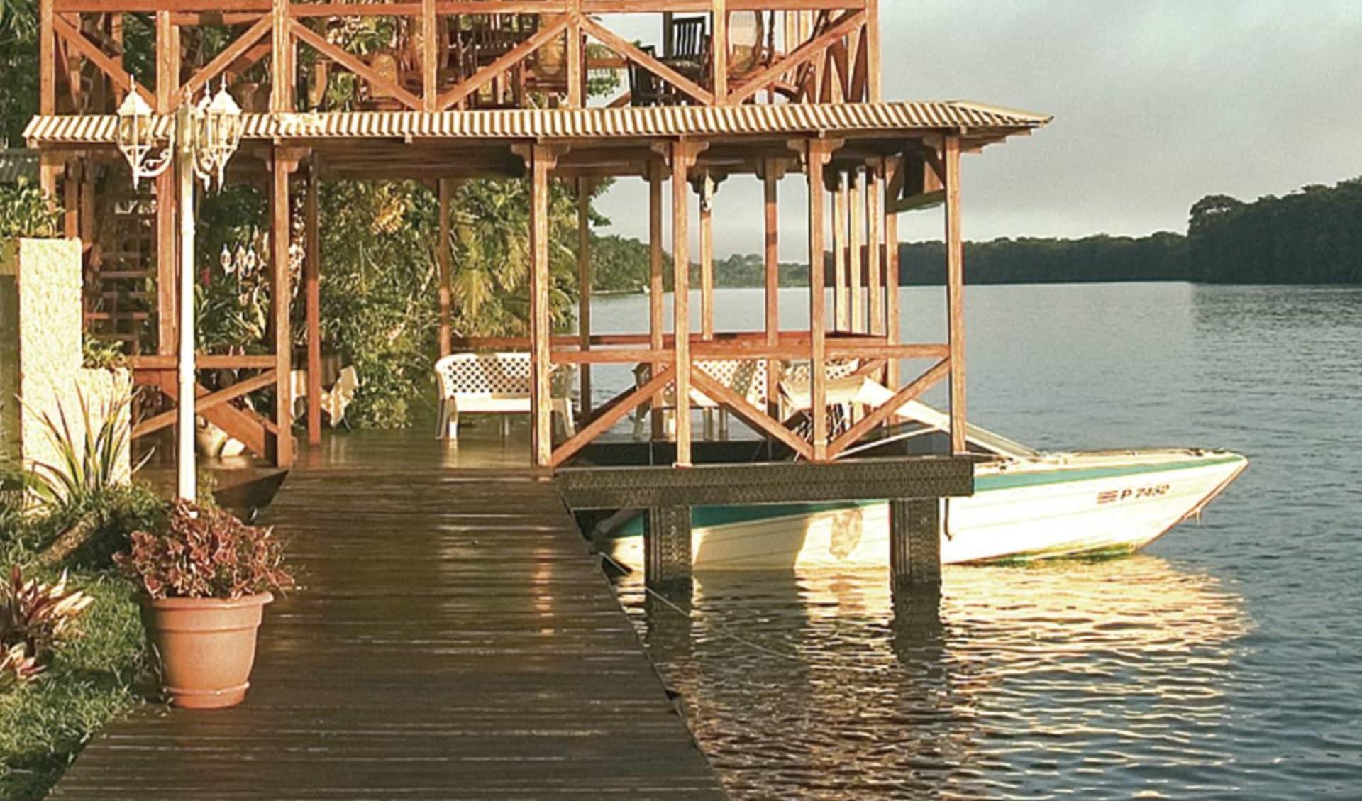 Manatus Lodge ab San José City: activities: Manatus lodge - Wasserboot am steg