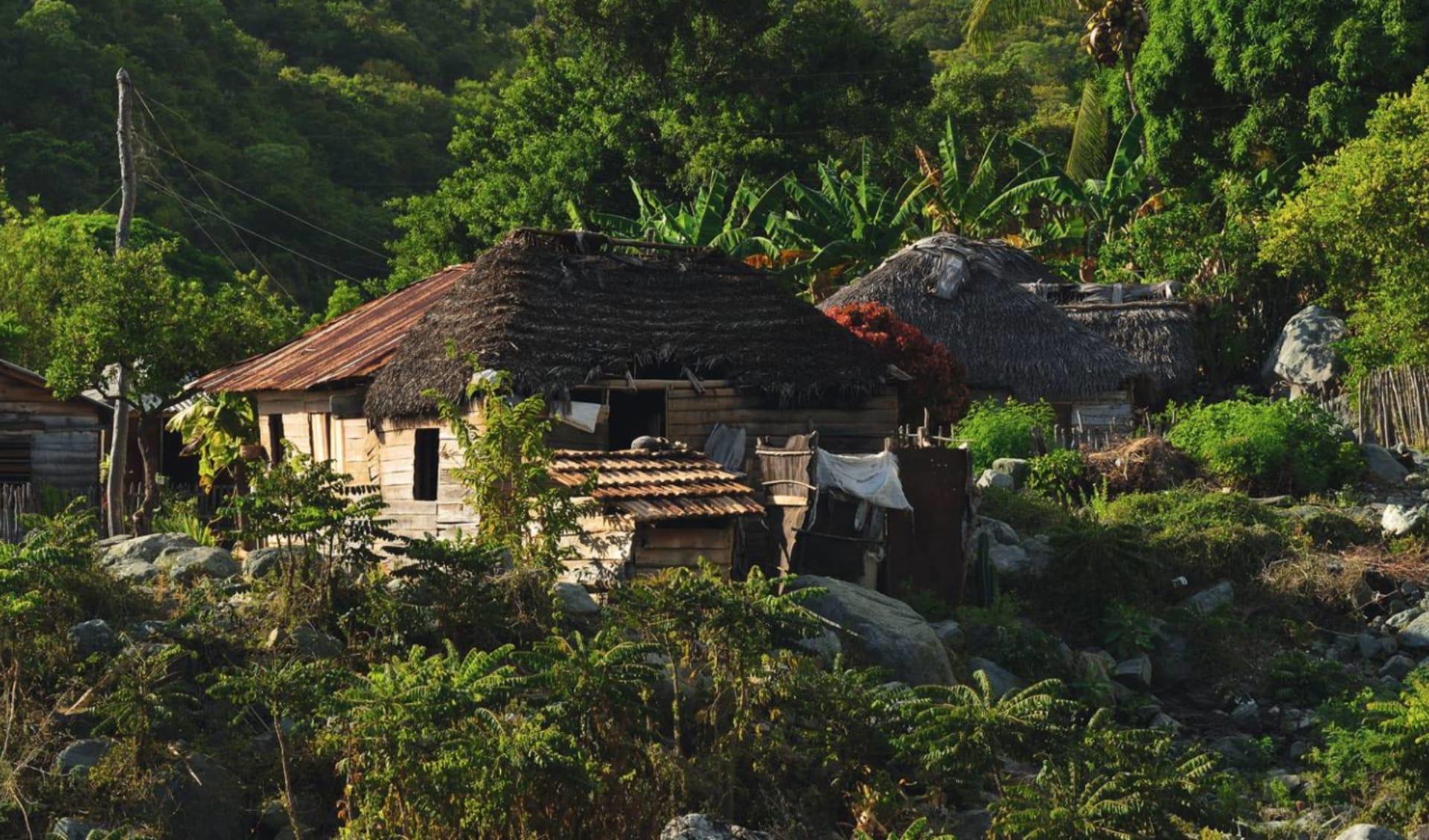 Wilder Osten ab Holguín: Natur Sierra Maestra - Landschaft Sierra Maestra mit Haus - c
