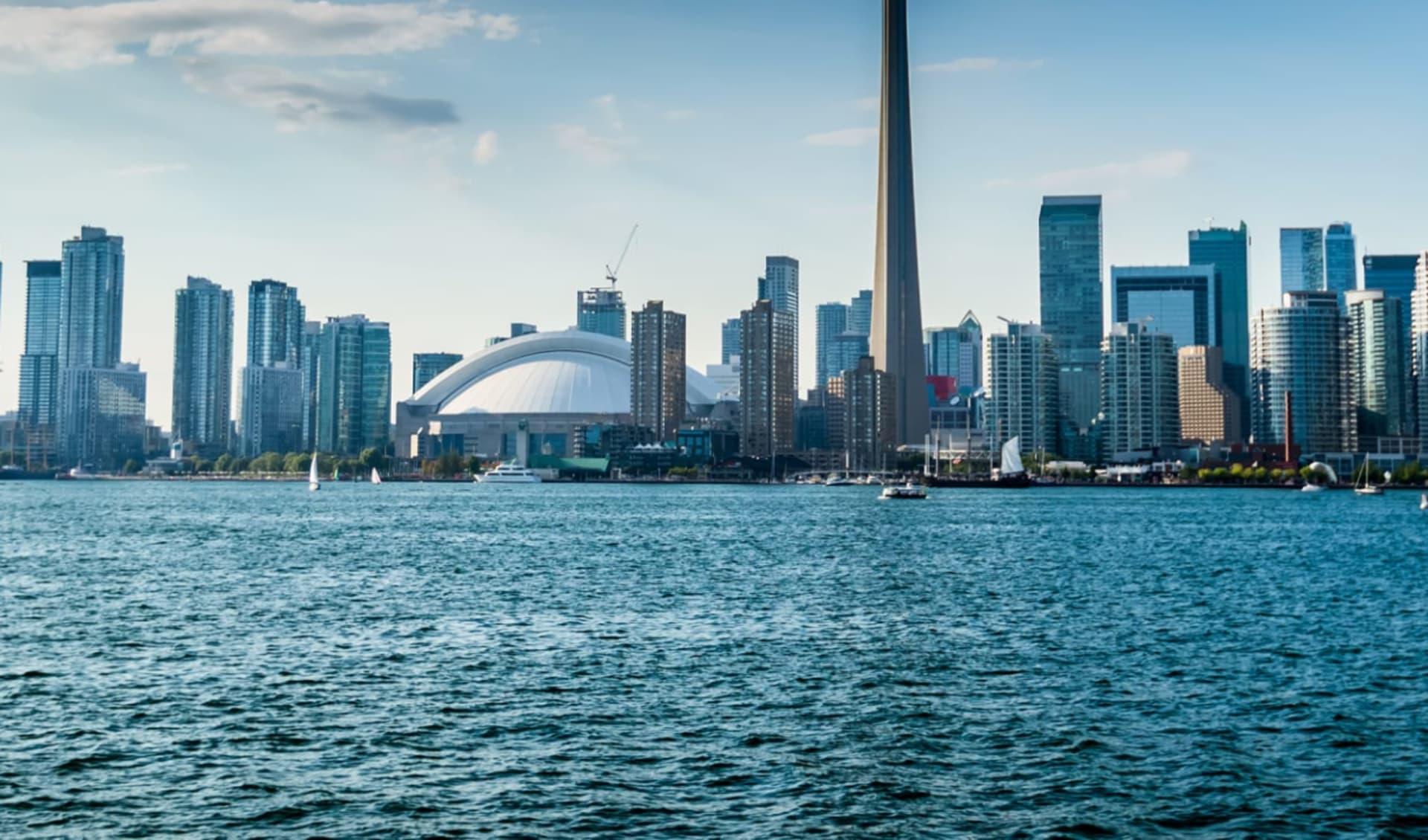 Kanadische Kontraste Ostkanada ab Toronto: Kanada - Toronto - Skyline mit Meer im Vordergrund