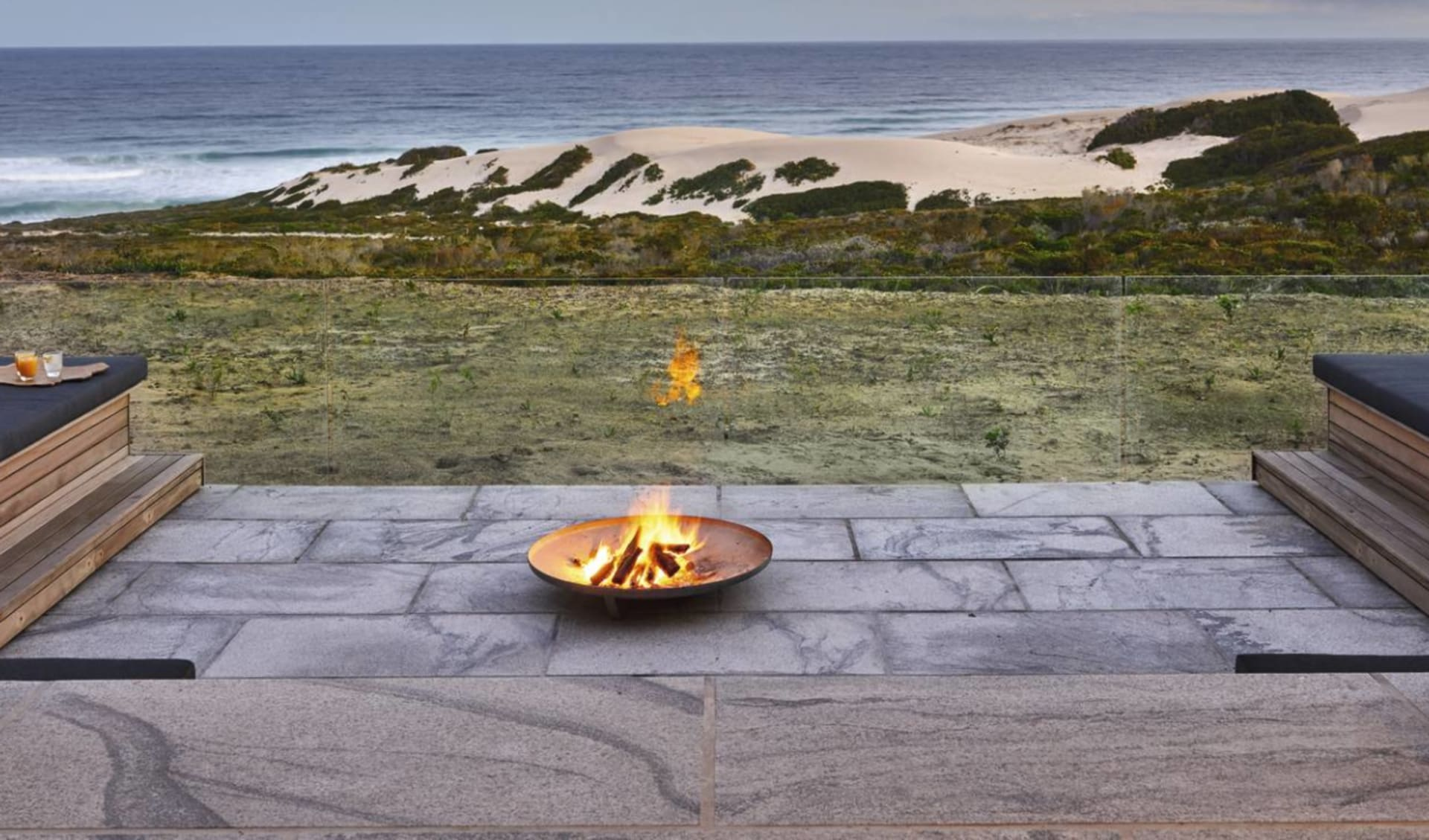 Wonders of South Africa ab Kapstadt: exterior Morukuru Beach Lodge - Lounge mit Feuerstelle