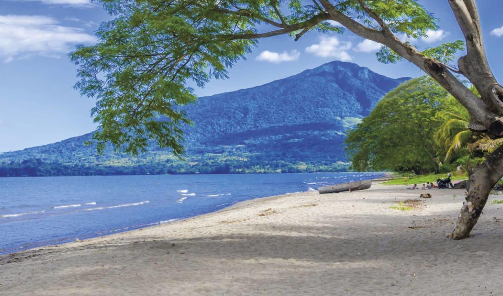 Gruppenreise Höhepunkte Nicaragua ab Managua: Nicaragua - Ometepe - Strand mit Blick auf Vulkan