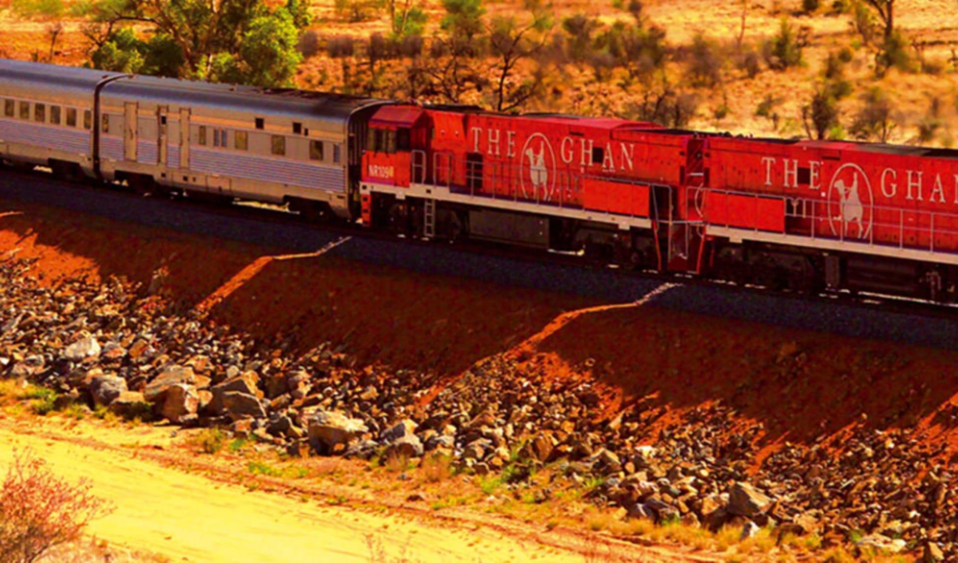 The Ghan von Alice Springs bis Darwin: Australien - Bahnreisen - The Ghan in roter Landschaft