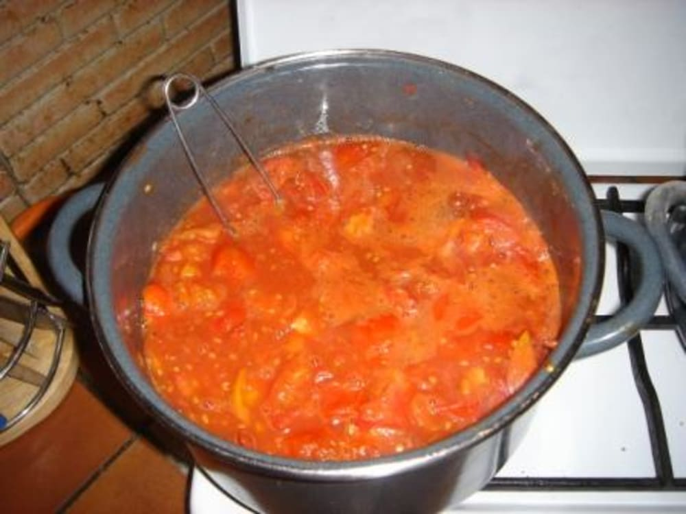 Cooking the tomato sauce