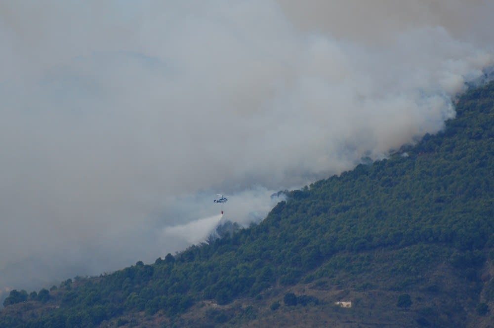 One of the many helicopters helping to extinguish the fire