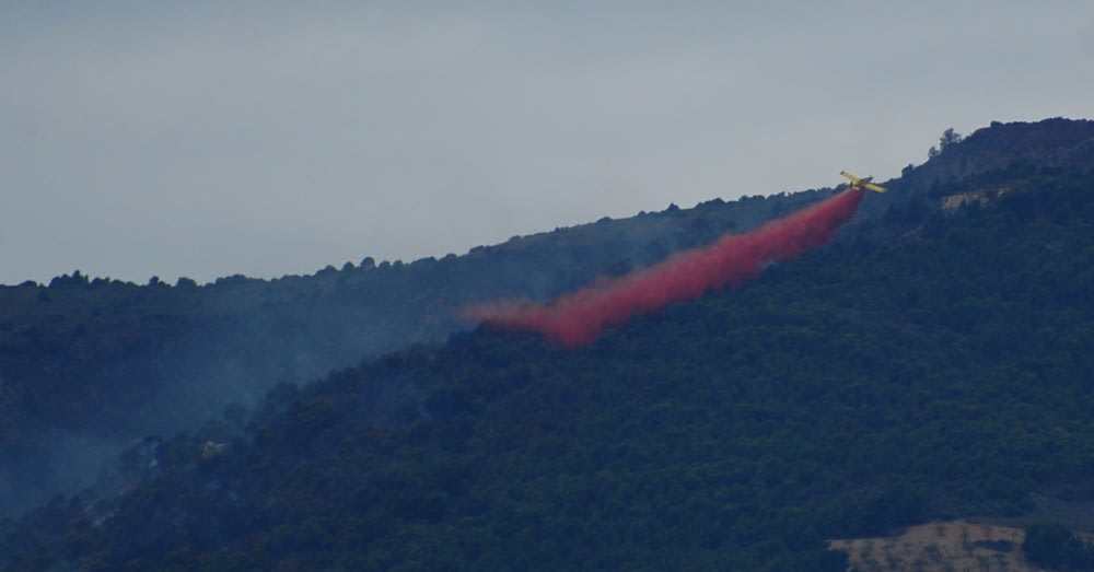An aeroplane lets its chemical retardant out