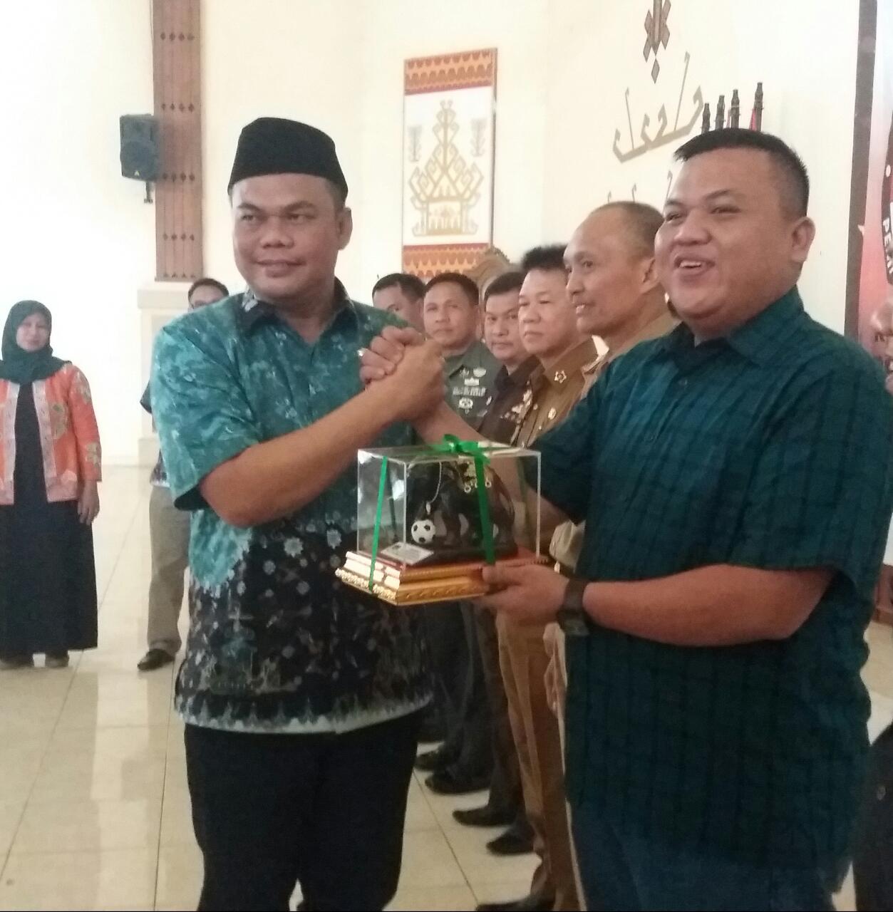 KPU Lamtim Berikan Penghargaan Kepada PWI Lamtim