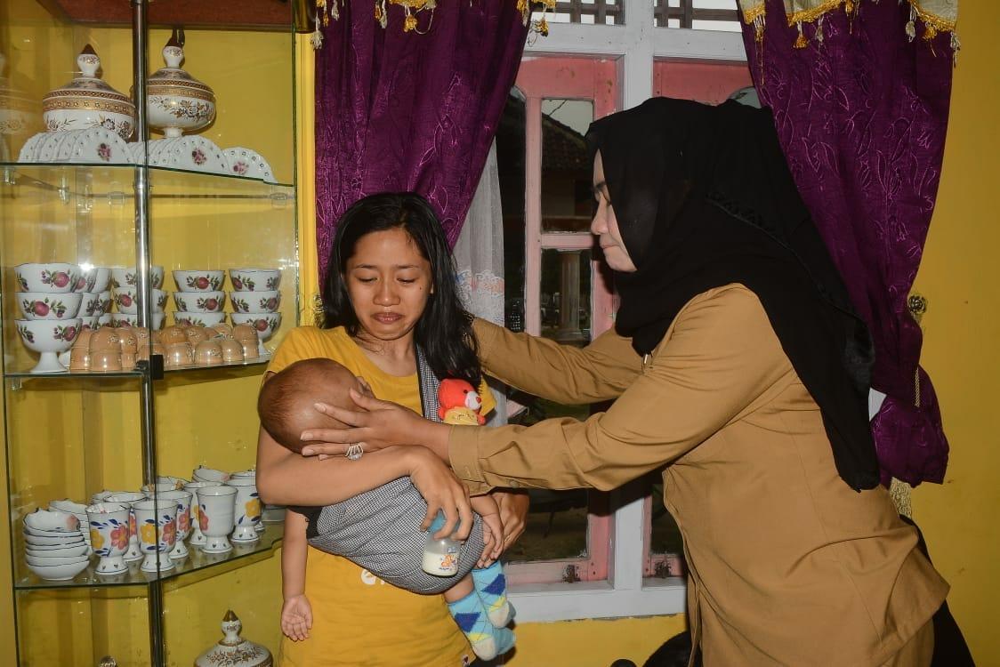 Bupati Winarti Jenguk Keluarga Korban Tenggelam di Galian Pasir
