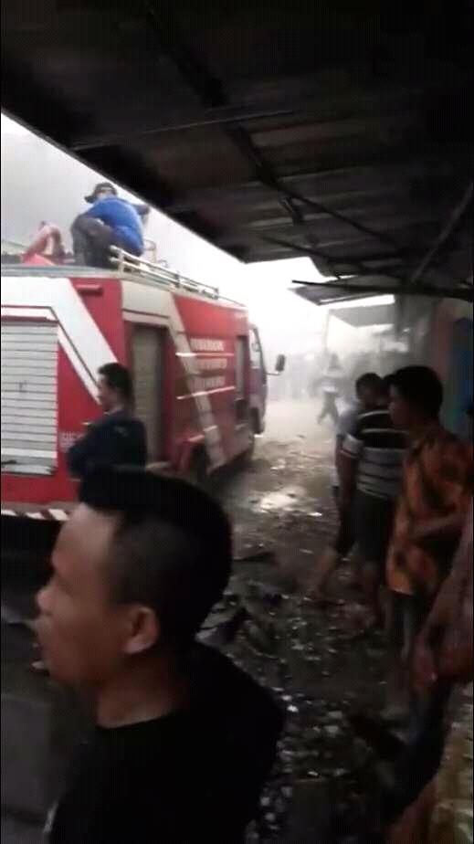 Winarti Kerahkan Dua Unit Damkar Padamkan Api di Pasar Pulungkencana