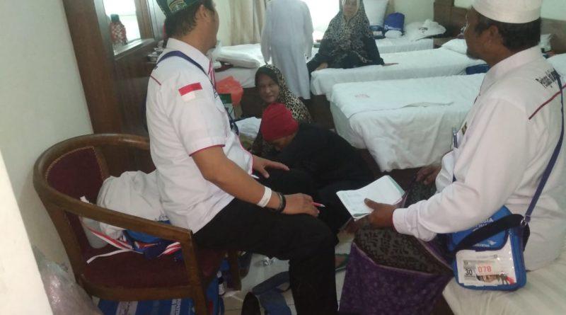 Pastikan Keadaan Sehat, TPHD Dan Tim Kesehatan Terus Kontrol Kondisi Jama'ah Haji Kloter 33