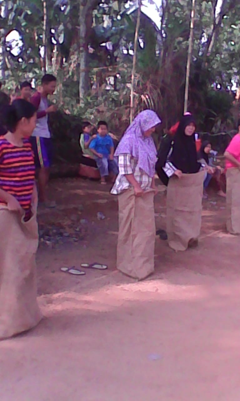 Meriahkan HUT RI Ke-73, Warga Kelurahan Kelapa Tujuh Mengadakan Lomba Balap Karung Ibu-ibu