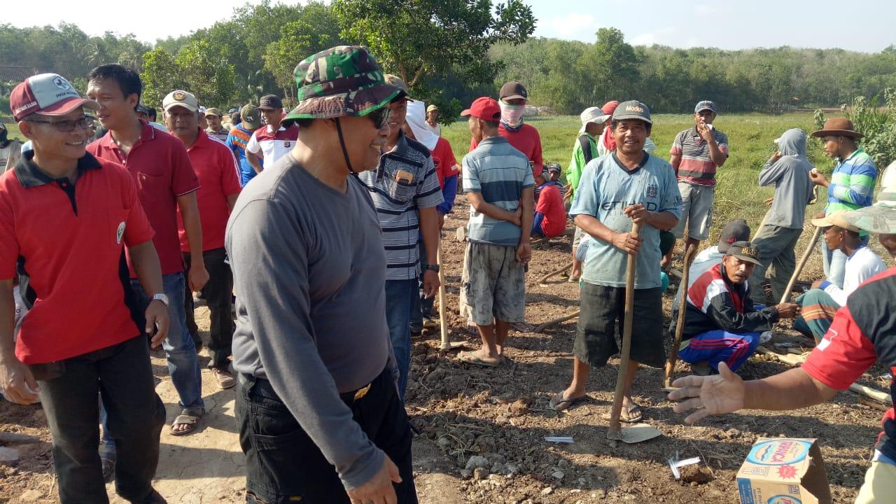Wabup Loekman Ajak Masyarakat Gotong Royong Perbaiki Jalan dan Jembatan Yang Rusak