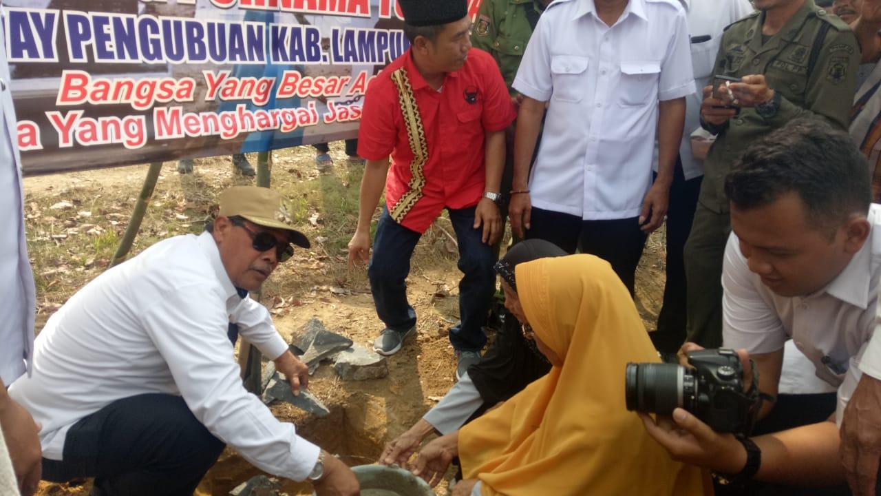 Loekman Hadiri Peletakan Batu Pertama Pagar Makam Pahlawan di Kampung Purnama Tunggal