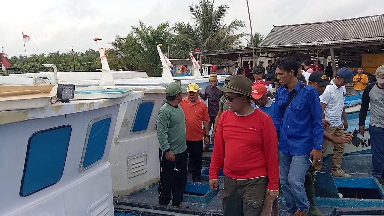 Loekman Serahkan Bantuan 8 Unit Kapal Kepada Nelayan Cabang