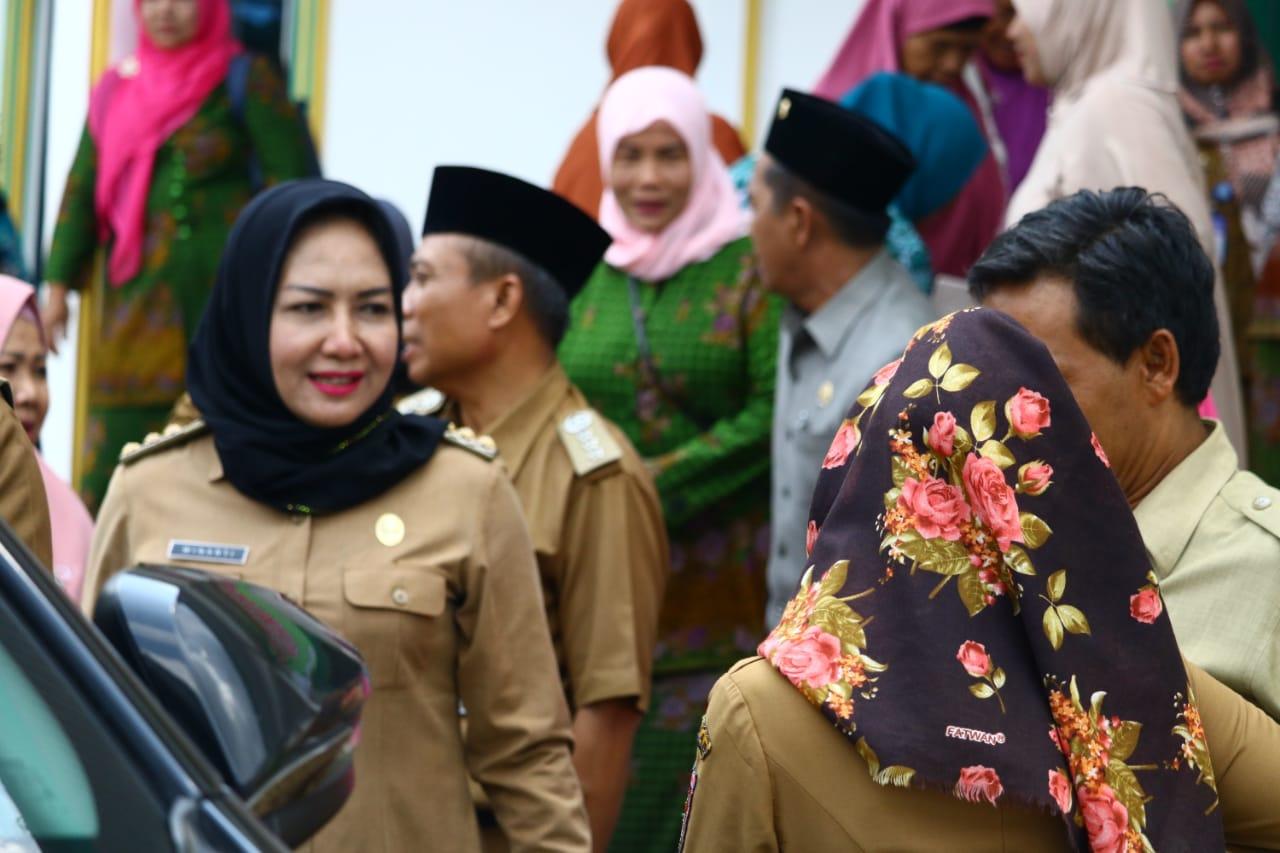 Bupati Winarti Serahkan Bantuan Uang Tunai ke TPA dan Dua Masjid di Kecamatan Menggala