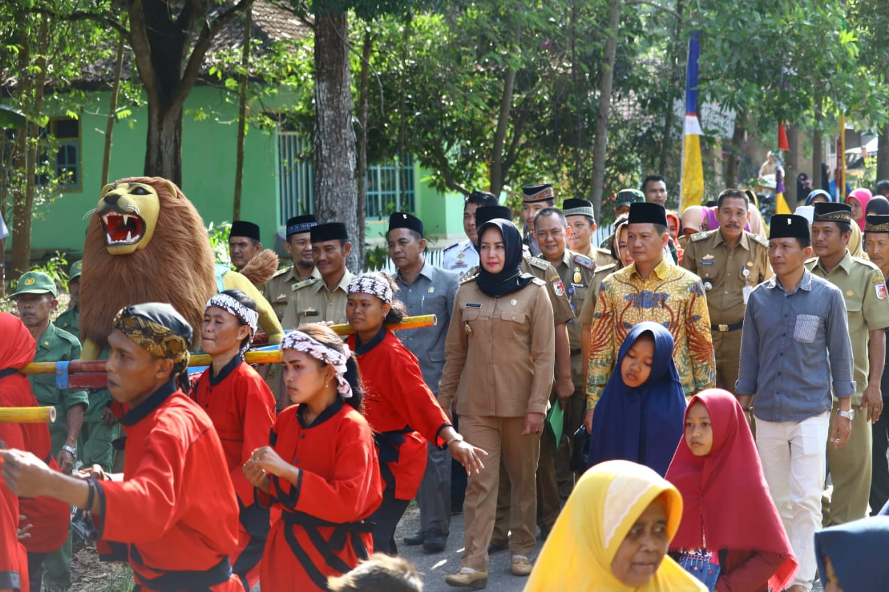 Bupati Winarti Kembali Menyerahkan Bantuan Uang Tunai Ke Masjid dan Pure di Kecamatan Menggala Timur