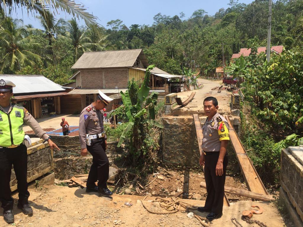 Kabag OPS Polres Tanggamus Tinjau Jembatan di Kubulangka Cukah Balak