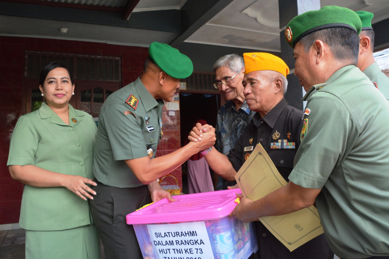 Danrem 043/GATAM Berikan Tali Asih Kepada Veteran Dan Panti Asuhan Dalam Rangka Sambut HUT TNI Ke -73 Tahun 2018