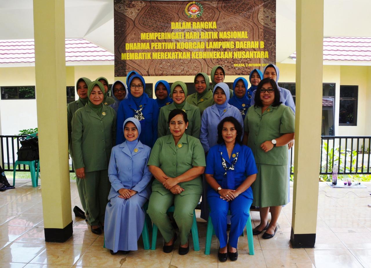 Peringati Hari Batik Nasional dan HUT TNI Ke-73, Dharma Pertiwi Korcab Lampung Daerah B Membatik Khas Lampung